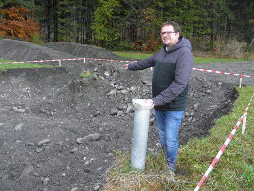 Bürgermeister Matthias Luger zeigt, wo das Pumpwerk 3 errichtet wird. SW