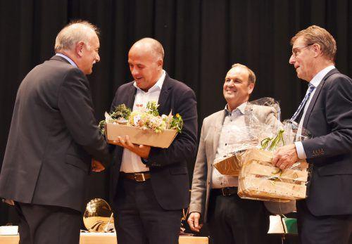 Bürgermeisterkollegen beim Abschiedsfest: Herbert Sparr, Reinhold Eberle und Manfred Flatz mit Hans Bertsch. ajk