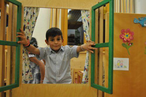 Bürserberger Kinder hießen im Kindergartenzubau willkommen. LM