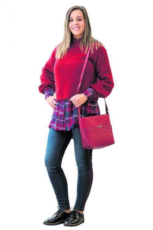 Casual Look             Natalie in einem modischen Outfit von C&A Bludenz: Jeans 19 €, Blusenkleid 19 €, Pullover 13 €, Tasche 9 €.               Stiplovsek