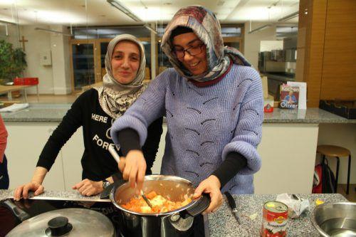 Cemile Sarar und Arsu Kuran hatten beim Kochabend sichtlich Spaß. HE