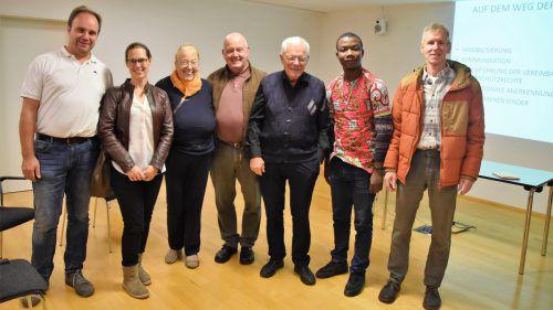 Christoph und Susanne Seeberger, Evi und Oskar Summer, Peter Eicher, Ismael Houndegnonto und Martin Pfefferkorn. Loacker