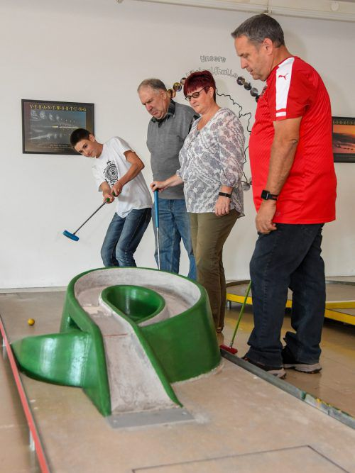 Das Bahnengolfen ist nicht nur für Profis wie Kai Gamsjäger (l.) oder Fabian Spies (r. o.) spannend. Kinder trainieren bei diesem Sport ihre Feinmotorik.Lerch, VN/Steurer