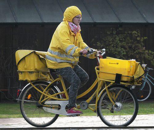 """Das """"gelbe Christkind"""" bringt die im Internet bestellten Geschenke."""