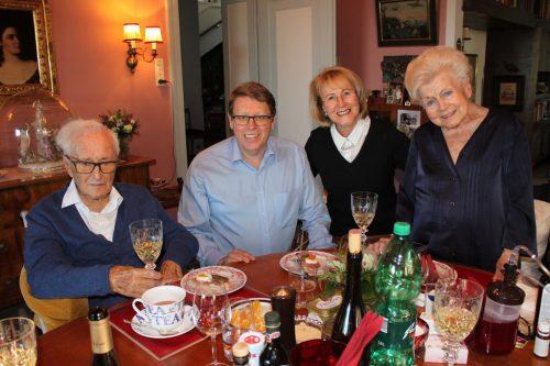 Das großzügige Geburtstagskind KR Josef Resch (l.) und Gattin Irma (r.) bei der Spendenübergabe mit Schulheim-Geschäftsführer Arnt Buchwald. Bert Paiser