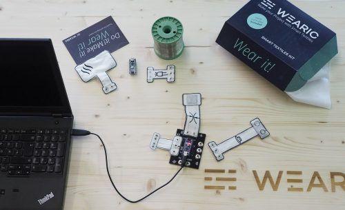 Das Wearic Starter-Kit kombiniert textile Sensoren mit Elektronik und Software und ermöglicht z. B. technikinteressierten Schülern spannende Textilprojekte. Texible
