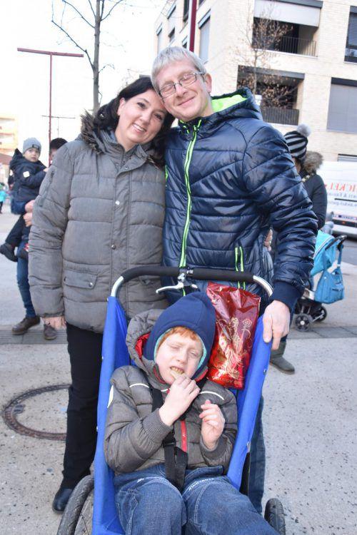 Dem kleinen Joel, hier mit Mama und Papa, kommt der Erlös zugute. loa