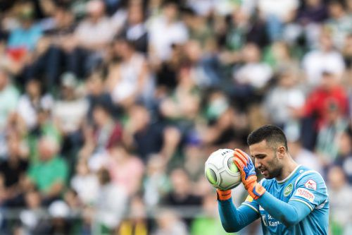 Den Ball fest im Griff. Dejan Stojanovic hat sich beim FC St. Gallen als Nummer eins etabliert. Nun träumt der Schlussmann sogar vom Nationalteam.manser