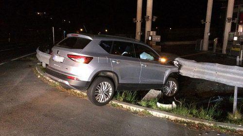 Der 27-jährige Lenker kam im Drogen- und Alkoholrausch von der Fahrbahn ab, sein Pkw prallte gegen eine Leitschiene.zoom.tirol