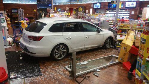 Der Angeklagte hatte mit seinem Pkw Anfang Juli in einer Lustenauer Tankstelle eine Spur der Verwüstung gezogen.oberscheider carworld