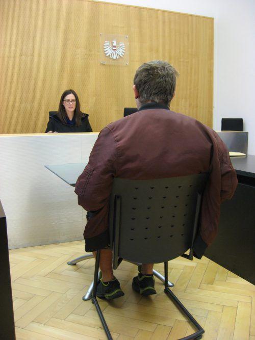 Der junge Angeklagte beim Prozess vor Richterin Sabrina Tagwercher. eckert