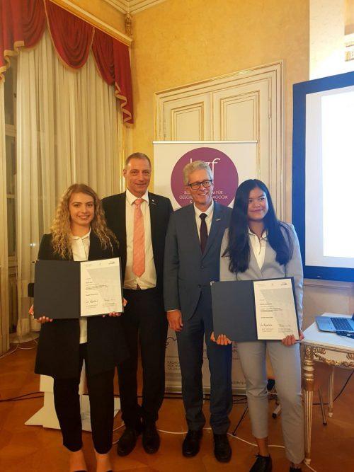 Der Preis wurde von Sinem Kilic,Banthita Chalunram sowie Projektbetreuer Markus Hämmerle und HAK-Direktor Michael Weber im Bundesministerium entgegenommen.
