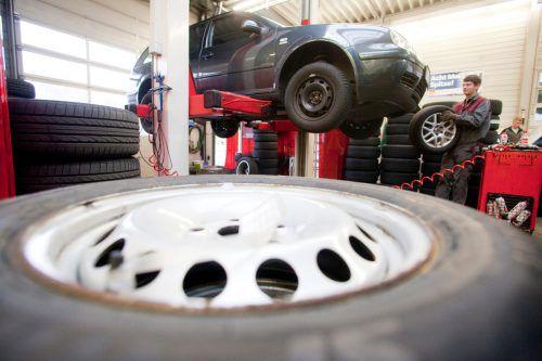 Der Reifenwechsel muss spätestens dann erledigt sein, wenn auf den Straßen winterliche Fahrbedingungen herrschen. hartinger