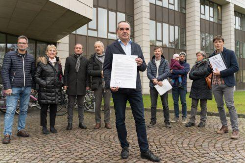 Der Sulzberger Bürgermeister Helmut Blank übergab vor Landhaus Petition. Stiplovsek