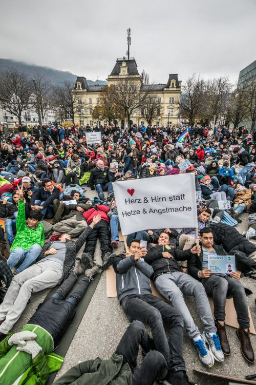 Die Demokratie am Boden. Das wollten die Demonstranten am Sonntag in Bregenz zum Ausdruck bringen.VN/Sams