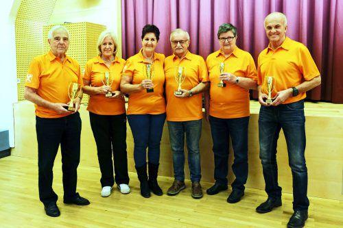Die Erstplatzierten der diesjährigen Seniorenbund-Stadtkegelmeisterschaft mit ihren Pokalen. SB