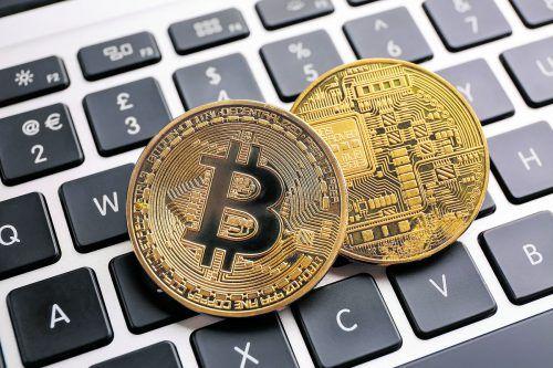 Die Internetbetrüger fordern die Einzahlung höherer Geldbeträge in Form von Bitcoins, einer Kryptowährung. symbolbild