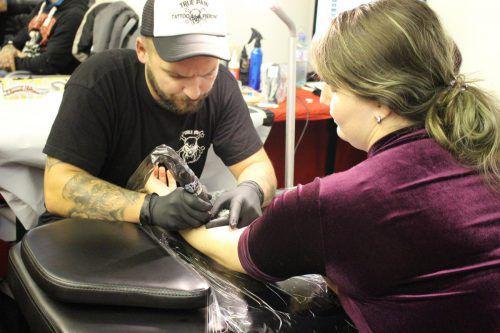 Die Tattookünstler demonstrierten vor Ort in der Messehalle ihr Können.BIN