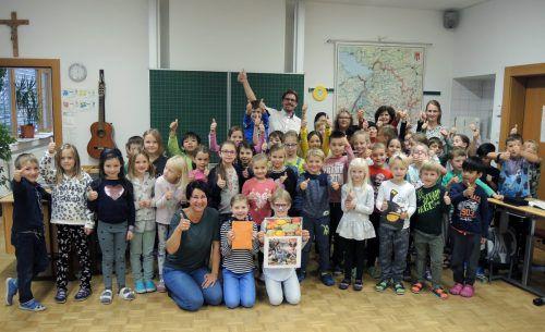 Die Volksschüler überreichten einen Scheck an Susanne Marosch (Geben für Leben). schule