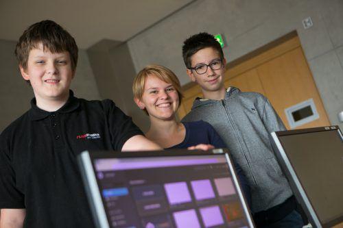 Dozentin Sabrina Rosmann bringt ihren Schützlingen Benjamin (l.) und Alexander gerade die Programmiersprache JavaScript bei. VN/Hartinger