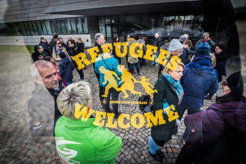 Dutzende Menschen protestierten vergangene Wochevor dem Landhaus gegen die Abschiebung der Sulzberger Familie.VN/Sams