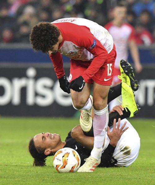 Ein Bild mit Symbolcharakter: Salzburgs Andre Ramalho obenauf, während sich Leipzigs Yussuf Poulsen vor Schmerzen krümmt.ap