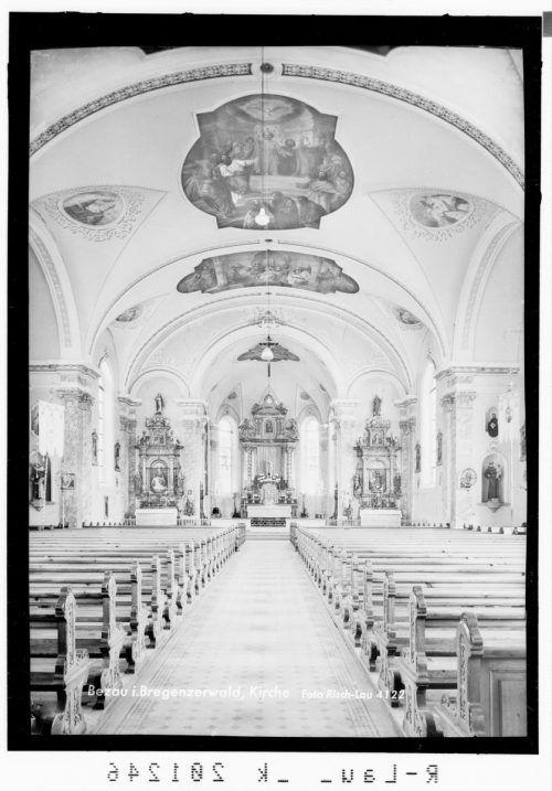 Eine Aufnahme der Bezauer Kirche von 1955.