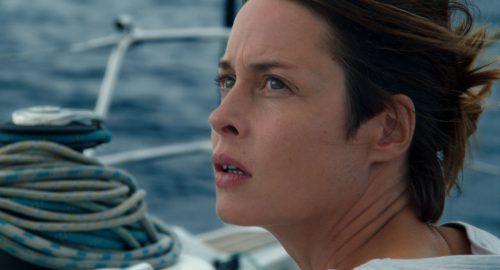 Eine deutsche Seglerin begegnet auf ihrer Reise über das Meer einem überladenen Flüchtlingsboot. Trigon Film