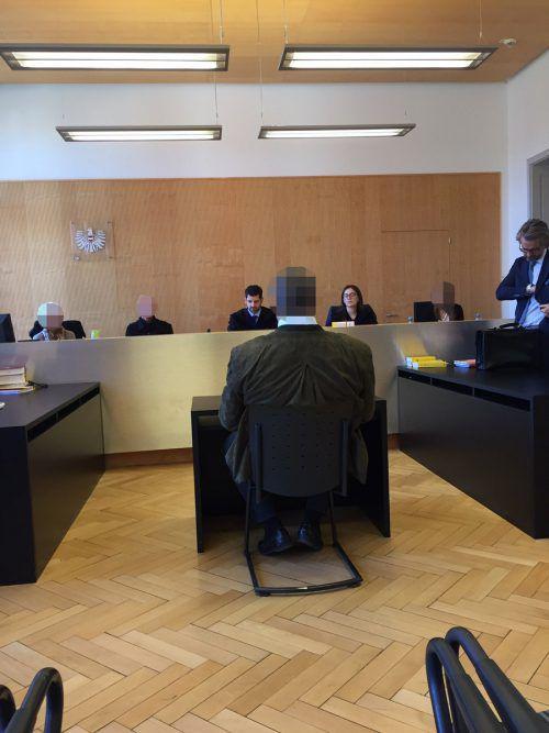 Empört über die Anschuldigungen: Der angeklagte Geschäftsmann vor dem Schöffensenat am Landesgericht Feldkirch. vn/gs