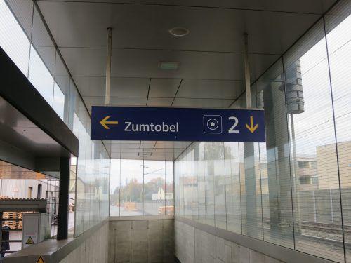Es gibt sogar einen eigenen Zugang vom Bahnhof zum Firmengelände. HA