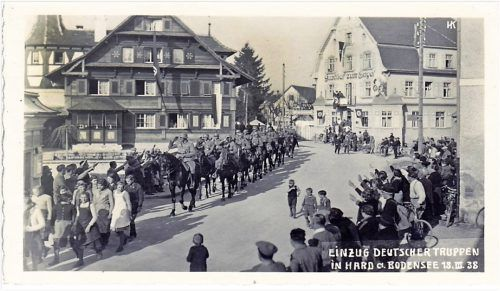 Fanatismus im 20. Jahrhundert: Die deutsche Wehrmacht marschiert am 18. März 1938 in Hard ein. Hermann Kalb, Gemeindearchiv.