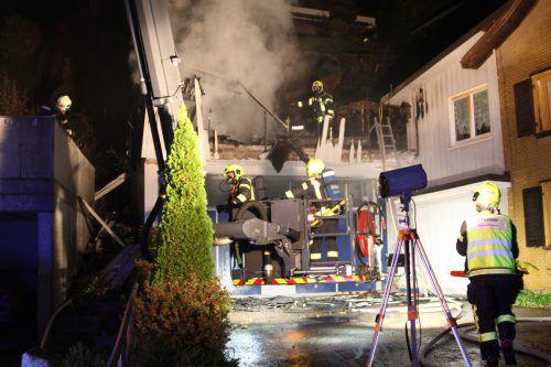 Feuerwehreinsatz im Römerweg in Götzis: Das Gartenhaus wurde auf dem Dach einer Doppelgarage errichtet. Vol.at/M. Rauch
