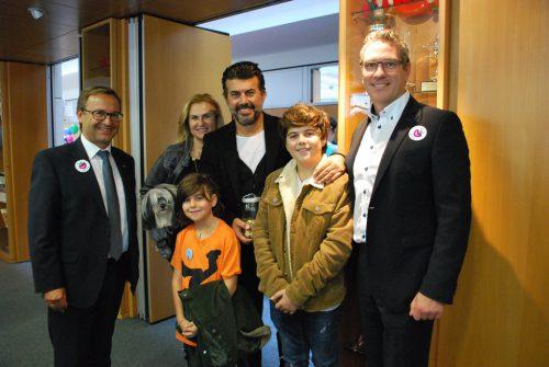 Renate und Mike Galeli kamen mit ihren Kindern Dion und Noah. Vorstand Werner Böhler (links) und Bereichsleiter Günther Lutz freuten sich.erh