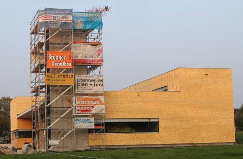 Im schmucken Schindelkleid präsentiert sich das im Bau befindliche Feuerwehr-Gerätehaus in Hohenweiler. STRAUSS
