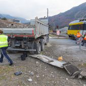 Bahn stößt gegen Lkw