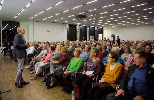 """""""Die Betroffenheit ist offenbar groß"""", konstatierte Primar Dietmar Striberski in Anbetracht des großen Besucherandrangs zu seinem Vortrag. vn/paulitsch"""