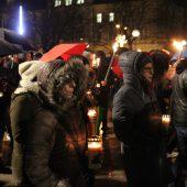 Zahlreiche Trauernde beteiligten sich am Gedenkmarsch für Michael Perauer. B1