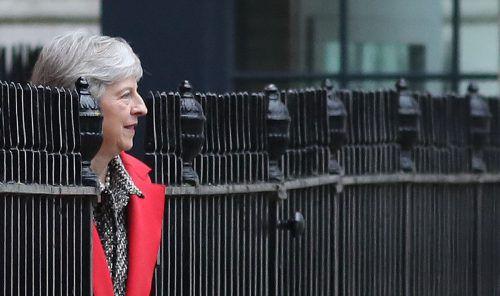 Gehe ihr Vorschlag nicht durch, könnte es einen harten oder keinen Brexit geben, sagt May.AFP