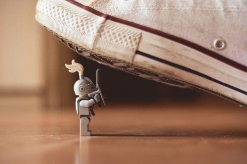 Gesellschaftspolitischer Stammtisch über das Spiel mit der Angst in Politik und Gesellschaft und welche Auswirkungen das auf unseren Alltag hat. James Pond/Grey Mini Figure/unsplash.com