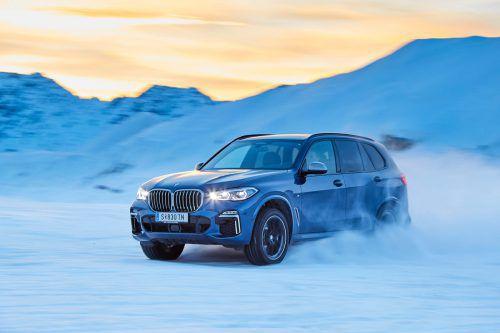 Hart an die Fünf-Meter-Marke gestreckt ist der BMW X5, mit Offroad-Paket ist er auch für Grobes fit.Werk