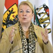 Sozialministerin geht Verstößen gegen 12-Stunden-Tag nach