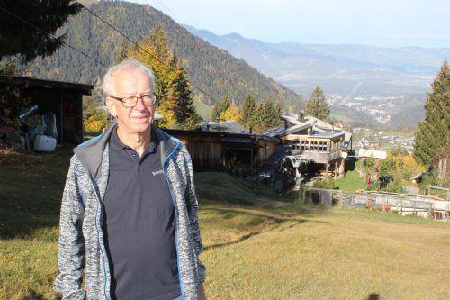 Hubert Gstach bei der Talstation des Skilifts Bazora. Vor der Schleppliftanlage wurden die Skifahrer mit einem Schlitten hinaufgezogen. VN/JLO