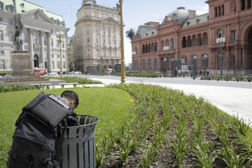 In Buenos Aires herrscht höchste Sicherheitsstufe. Vor dem Präsidialpalast durchsucht ein Sicherheitsbeamter einen Abfallkorb nach Sprengstoff.ap