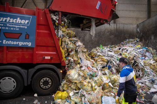 In der Ankunftshalle laden die Lastwagen der verschiedenen Sammler den Müll ab.