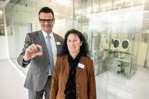 Jetzt kann es richtig losgehen: Die beiden Rentschler-Fill-Solutions-Geschäftsführer Margit Klotz und Reinhold Elsässer vor dem Reinraum. VN/sams