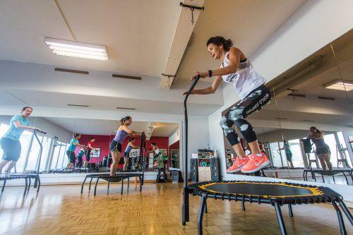 Jumping Fitness am Trampolin: Zum Beat der Musik werden passende Übungen durchgeführt. Steurer.