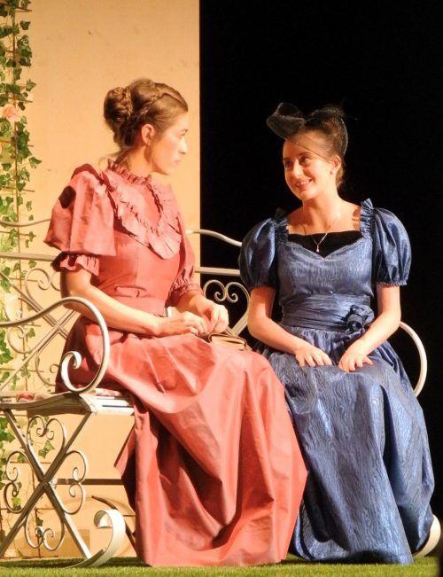 """Jungbegabungen Franziska Eckert als Cecilie und Lea Flatz als Gwendolen in """"Ernst sein ist alles"""" beim Treff.Theater in Schruns. VN/cd"""