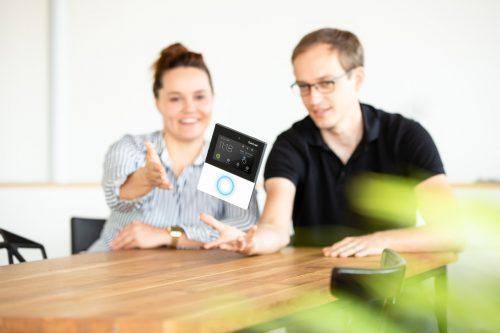 Karin Wolf und Tobias Bernstein mit dem von ihnen gestalteten Produkt- und Interfacedesign für ein Gantner-Zutrittssystem.Fa/Strigel