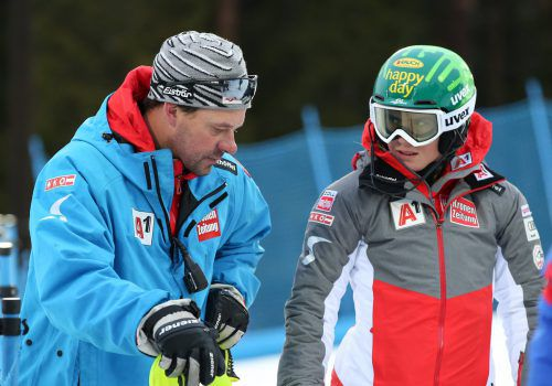 Katharina Liensberger lässt sich von Trainer Robert Füss mit den letzten Tipps vor dem Slalom heute in Levi versorgen.gepa
