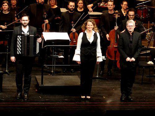 """Komponistin Johanna Doderer nach ihrer Uraufführung """"Ozean"""", zusammen mit dem Akkordeonsolisten Nikola Djorik und dem Dirigenten Gerhard Sammer. JU"""